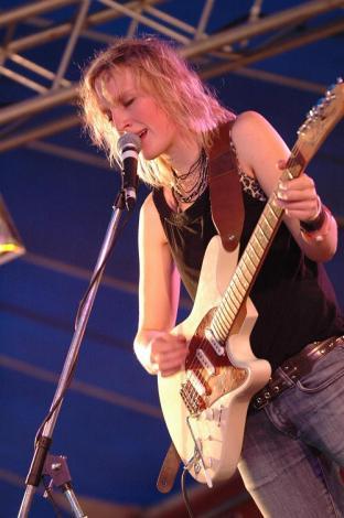 Mia Dyson - rock chick!