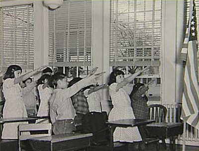 http://lerevdr.files.wordpress.com/2007/09/american-school-children-bellamy-salute.jpg